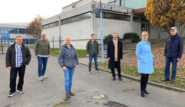 Die Kandidaten der FDP Lich vor der Dietrich-Bonhoeffer Sporthalle
